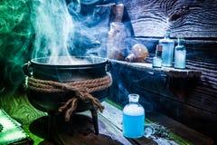 Chaudron de witcher de vintage avec les breuvages magiques bleus pour Halloween images libres de droits
