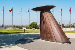 Chaudron et cour de flamme olympique au centre de formation olympique Images stock