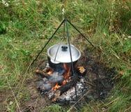 Chaudron sur un feu de camp Photos stock