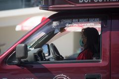 Chaufför av den röda taxien Chiang Mai Service i stad och omkring Royaltyfri Foto