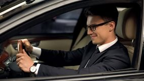 Chaufför för affärsgrupp som sitter i bilen som tillfredsställs med nytt jobb, dyr automatisk fotografering för bildbyråer