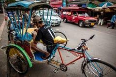 Chaufför för trehjuling som (Sam lag) har mat Royaltyfria Foton