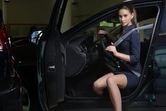 Chaufför för ung kvinna i hennes bil med säkerhetsbältet arkivfoton