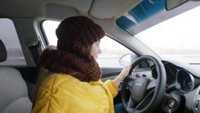Chaufför för ung kvinna som sitter i bilen arkivbilder