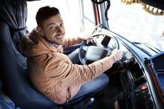 Chaufför i kabin av den stora lastbilen Arkivfoton