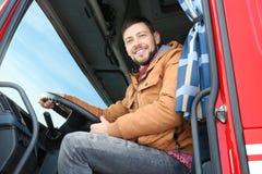 Chaufför i kabin av den stora lastbilen Arkivbilder