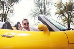 Chaufför i solglasögon av den konvertibla ritten Arkivbild