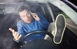 Chaufför och mobiltelefon Royaltyfri Foto