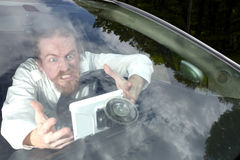 Chaufför som är rasande på GPS navigering Royaltyfri Foto
