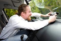 Chaufför som är rasande på GPS navigering Arkivfoto