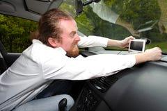 Chaufför som är rasande på GPS navigering Royaltyfria Bilder