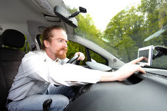Chaufför som använder GPS navigering Arkivfoto