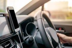 Chaufför som använder mobilen app för GPS navigering royaltyfria bilder