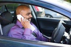 Chaufför som använder mobiltelefonen royaltyfri fotografi