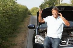 Chaufför som bryts ner på landsvägen Arkivbilder