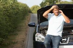 Chaufför som bryts ner på landsvägen Royaltyfri Fotografi