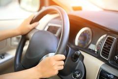 Chaufför som kör en bil Arkivfoto