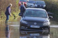 Chaufför som räddas från det översvämmade medlet royaltyfri foto