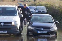 Chaufför som räddas från det översvämmade medlet royaltyfria foton