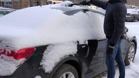 Chaufförborsterengöring som ditt medel på snö ackumulerade på kropplagret arkivfilmer