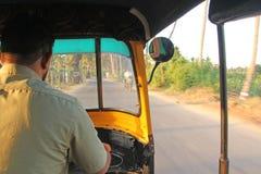 Chauffören är en fet tuk i Hampi En blick från passageraresidan Royaltyfria Foton