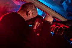 Chauffören är fångad körning under alkoholpåverkan arkivfoton