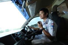 Chauffören av ambulansen kontaktar laget med radiokommunikation arkivbilder
