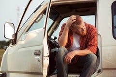 Chauffören av bilen sitter att tänka royaltyfri bild