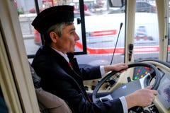 Chauffören av en hybrid- trådbuss-buss på hjulet Royaltyfri Foto
