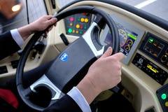 Chauffören av en hybrid- trådbuss-buss på hjulet Arkivbilder