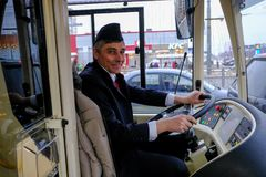 Chauffören av en hybrid- trådbuss-buss på hjulet Royaltyfria Bilder
