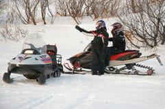 Chauffören av en snövessla indikerar vägen till en annan vän royaltyfri bild