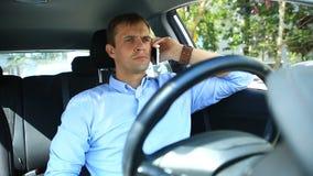 Chauffören av mannen avverkar sovande i platsen för chaufför` s på sidan av den upptagna vägen Vänta i bilen arkivfilmer