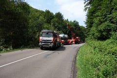 Chauffören avverkar antagligen sovande på hjulet Lastbilen kraschade på vägen och valt Fotografering för Bildbyråer