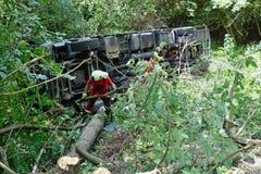 Chauffören avverkar antagligen sovande på hjulet Lastbilen kraschade på vägen och valt Arkivfoton