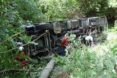 Chauffören avverkar antagligen sovande på hjulet Lastbilen kraschade på vägen och valt Royaltyfria Foton