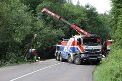 Chauffören avverkar antagligen sovande på hjulet Lastbilen kraschade på vägen och valt Royaltyfri Bild