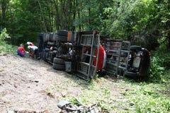 Chauffören avverkar antagligen sovande på hjulet Lastbilen kraschade på vägen och valt Arkivbilder