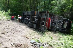 Chauffören avverkar antagligen sovande på hjulet Lastbilen kraschade på vägen och valt Royaltyfri Foto