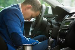 Chauffören avverkar sovande på hjulet av en bil, brist av sömn och trötthet royaltyfria bilder