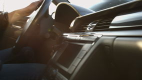 Chauffören bak hjulet av en bil lager videofilmer