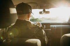 Chauffören eller handelsresanden eller turisten kör en bil arkivbild