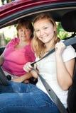 chauffören fäster det tonårs- bilbältet Arkivbild