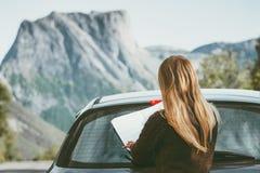 Chauffören för bilen för kvinnan för vägturen med rutten för översiktsplanläggningsresan i affärsföretag för begrepp för Norge lo royaltyfri fotografi