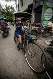 Chauffören för trehjulingen (Sam lag) väntar kunden Royaltyfri Foto
