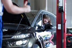 Chauffören i auto reparation shoppar royaltyfri foto