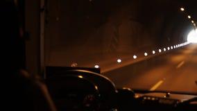 Chauffören kör bilen till och med tunnelen arkivfilmer