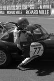 Chauffören klättrar hans bil på Le Mans Royaltyfria Bilder