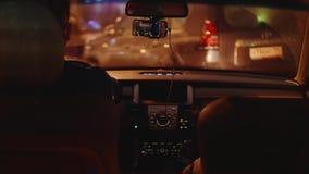 Chauffören parkerar bilen, når han har kört en lång väg på vägen i afton lager videofilmer