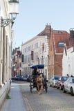 chauffören som bär turister, down gatan, Bruges Royaltyfria Foton
